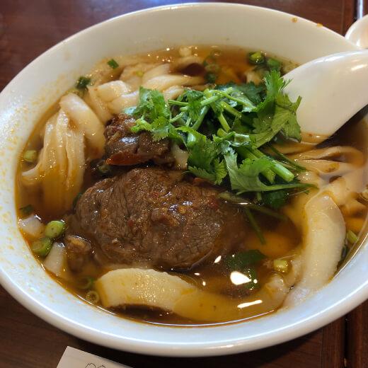一品閣 牛バラ刀削麺